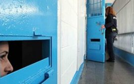 """الأسيرات في سجن """"الدامون"""" يهددن بالإضراب عن الطعام"""