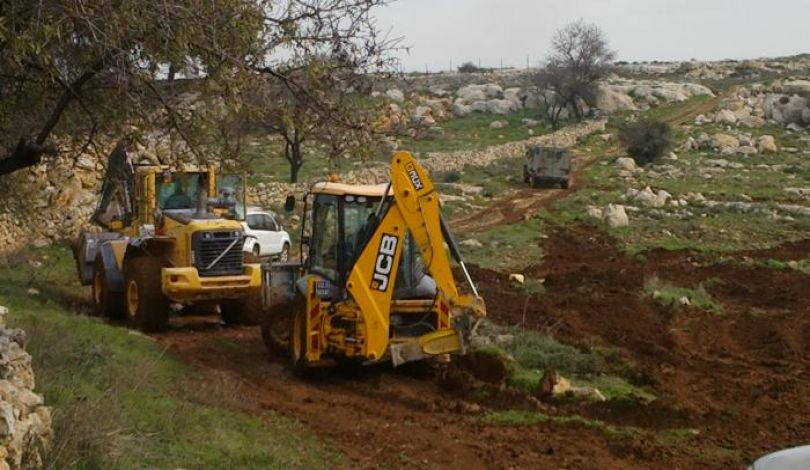 Photo of مستوطنون يجرفون أراضي جنوب بيت لحم