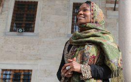 مغنية أمريكية شهيرة: أشعر ببراءة الطفولة عقب اعتناقي للإسلام (مقابلة)