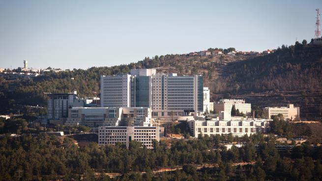 """مستشفيات إسرائيلية تعالج المرضى الفلسطينيين دون موافقة السلطة: تخصم التكاليف من """"المقاصة"""""""