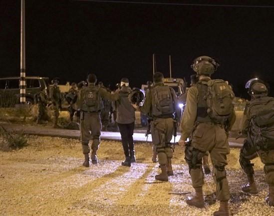 الاحتلال يعتقل 19 مواطنا في انحاء الضفة