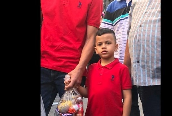 """شرطة الاحتلال تهدد والد الطفل محمد عليان بأخذ طفله منه في حال """"كرر ضرب الحجارة""""!!"""