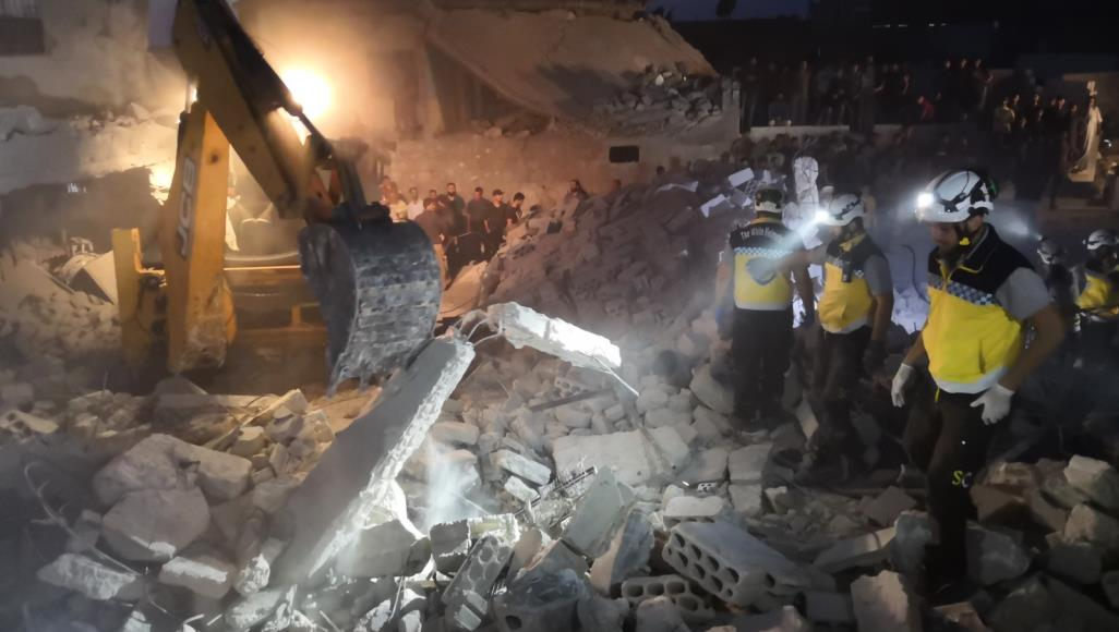 البراميل المتفجرة تضرب مجددا.. عشرات الضحايا في غارات للنظام على إدلب