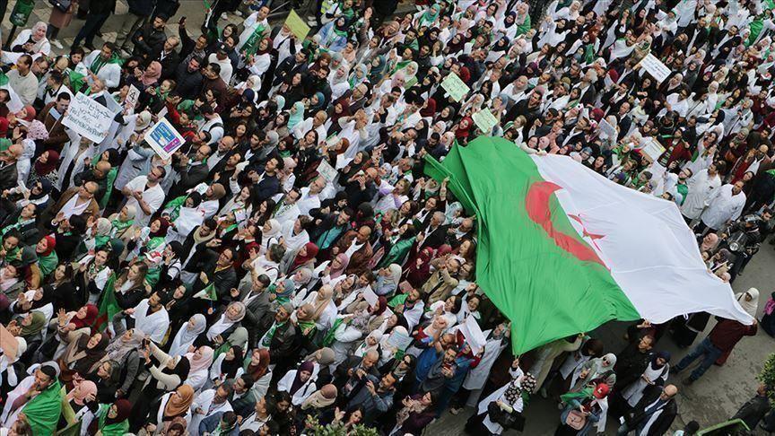 Photo of الحراك الشعبي الجزائري.. هل يطيح باللغة الفرنسية؟