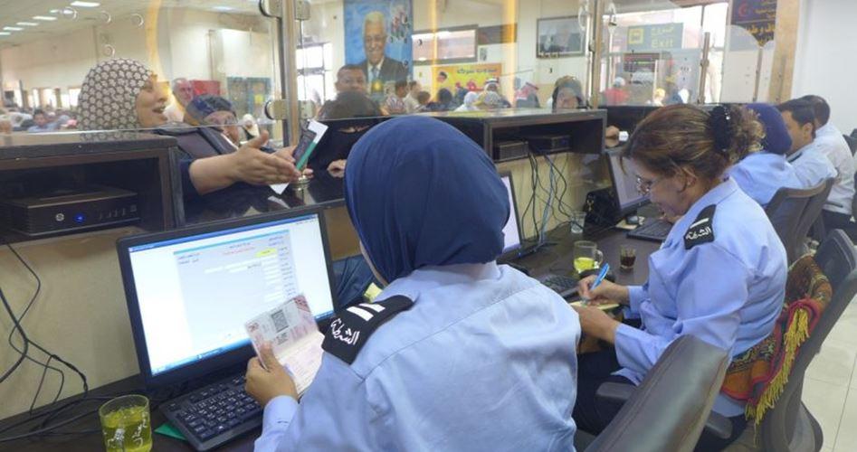 """Photo of الاحتلال منع 26 مواطنًا من السفر عبر """"الكرامة"""" الأسبوع الماضي"""