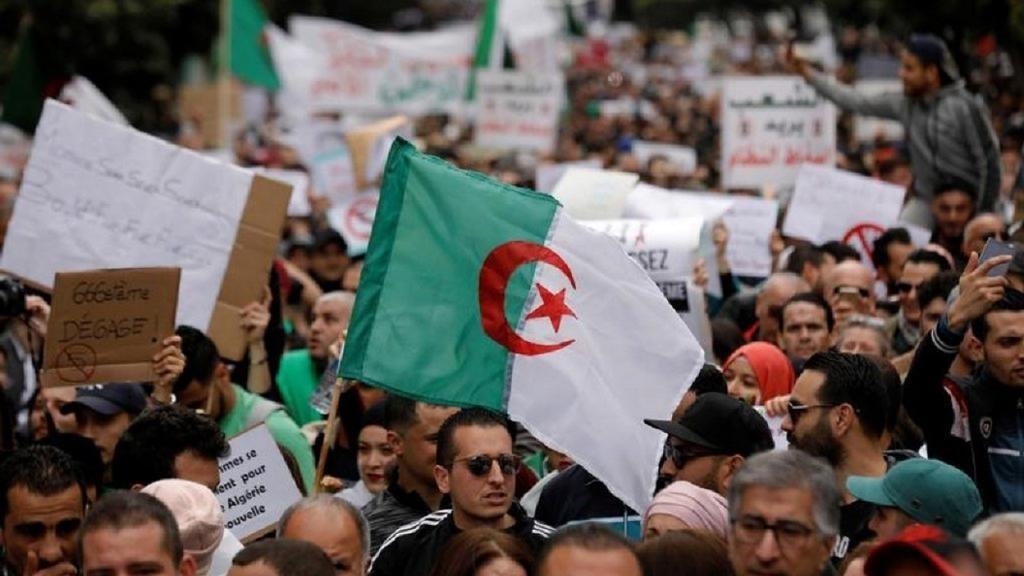 Photo of الجزائر.. تواصل الاحتجاجات للجمعة الـ 25