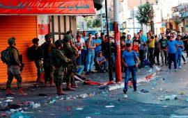 """الاحتلال يعتدي على مسيرة تضامنية مع الأسرى أمام سجن """"عوفر"""""""