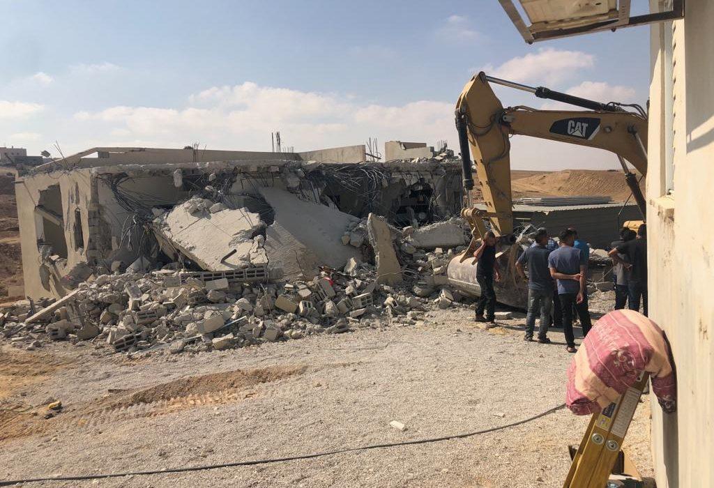 النقب: الجرافات الإسرائيلية تهدم منزلا مأهولا في كسيفة