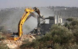 القدس: الاحتلال يهدم بنايتين قيد الانشاء بالعيزرية