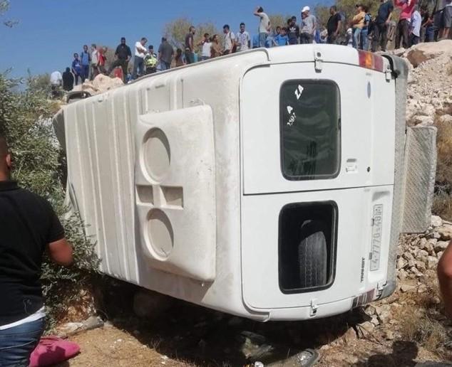 إصابة 13 طفلا في انقلاب حافلة قضاء بيت لحم