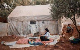 نازحون سوريون يستقرّون على الحدود