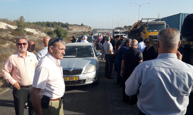 مسيرة السيارات الاحتجاجية ضد العنف في الداخل الفلسطيني تغلق شارع 6 والشرطة تستفز المشاركين