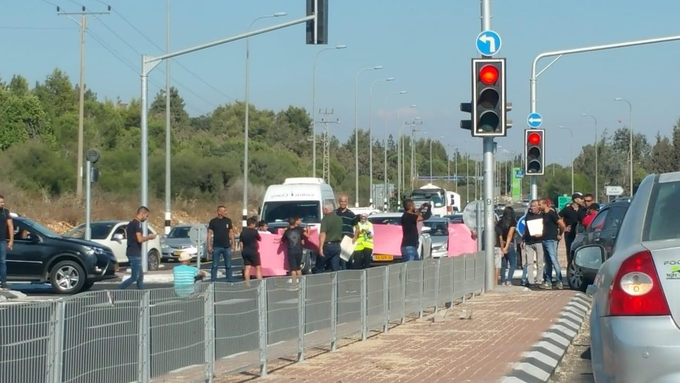 Photo of تظاهرات وإغلاق شوارع احتجاجا على العنف والجريمة
