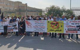 في ختام فعالية قافلة السيارات: المئات يتظاهرون أمام مباني الحكومة ضد العنف وتواطؤ الشرطة