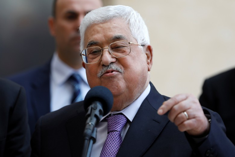 """قناة عبرية: عباس تخلى عن المبادئ وكان عمليًا باستلام """"المقاصة"""""""