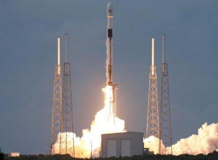 ضمن مشروعها للإنترنت عالي السرعة.. سبيس أكس تطلق 60 قمرا اصطناعيا إلى الفضاء