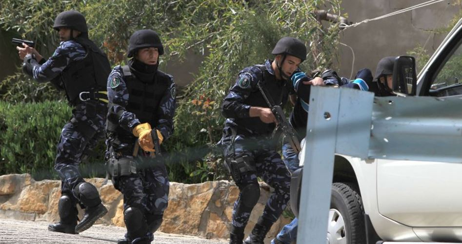 "Photo of أمن الضفة يستمر باعتقال 50 مواطنًا بتهمة ""مقاومة الاحتلال"""
