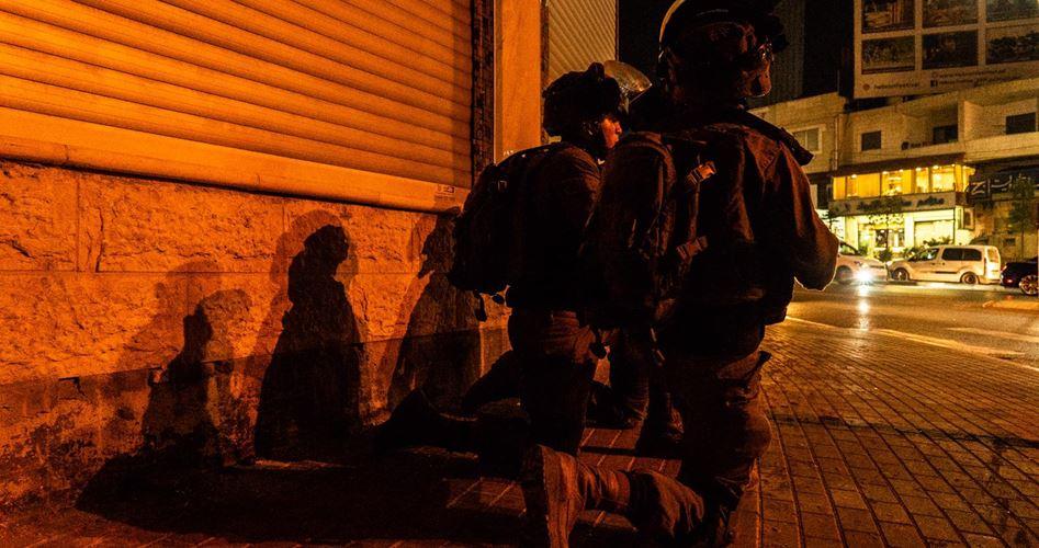 Photo of الاحتلال يصيب مسعفاً ويعتقل طالبة خلال اقتحامه رام الله