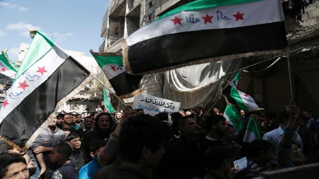 Photo of مظاهرات مناهضة للنظام بدرعا ومنشورات في قلب دمشق