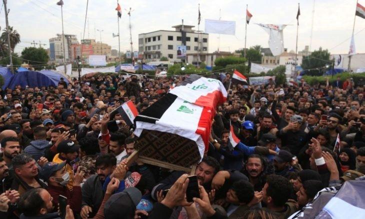 Photo of العراق.. محتجون يحرقون مقار أحزاب شيعية في الديوانية بعد وفاة ناشط في الحراك الشعبي