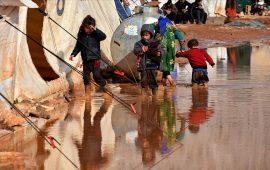 إدلب.. قاطنو مخيم الساروت ينتظرون إنقاذهم من مياه الأمطار والطين