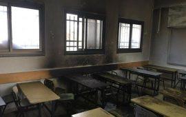 مستوطنون يحرقون صفًّا مدرسيًّا في عينابوس جنوب نابلس