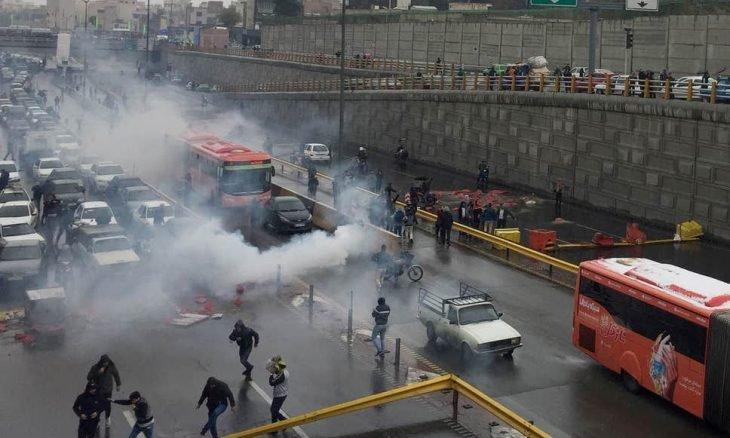 الغارديان: إيران تواجه عاما من البؤس والاضطرابات.. فما مصير النظام؟