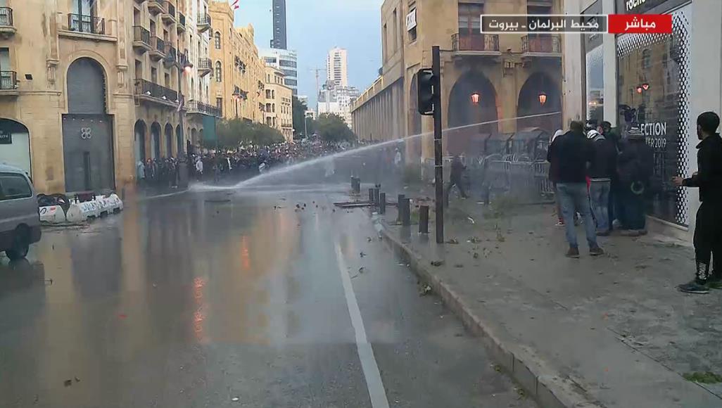 لبنان.. مواجهات بين المحتجين وقوات الأمن بمحيط البرلمان وسط بيروت