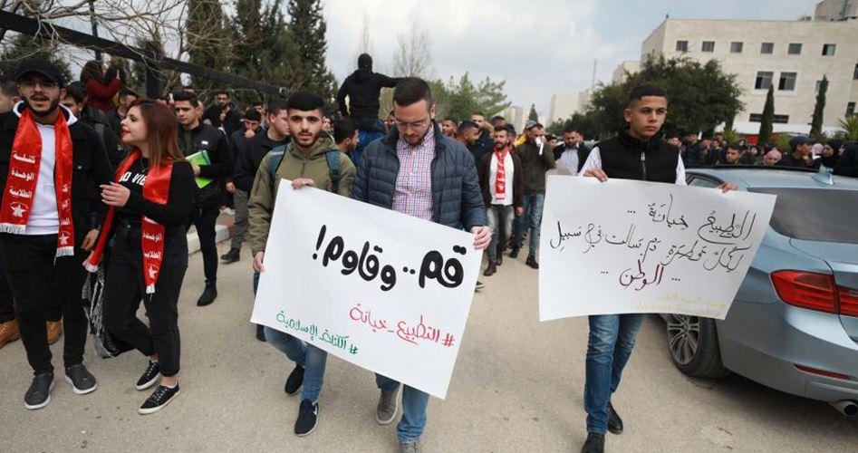 "Photo of هتفت ضد ""الخونة والجواسيس"".. تظاهرة برام الله رفضا للتطبيع"