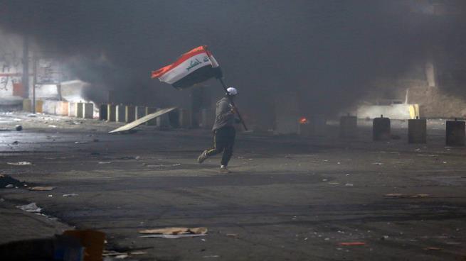 انتفاضة العراق: 9 إصابات بين المتظاهرين بعد إحراق خيامهم في ساحة الخلاني