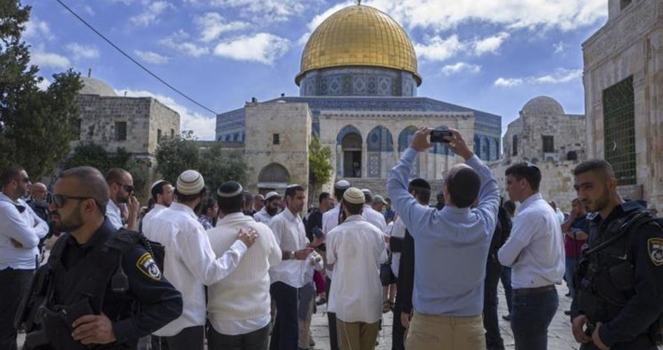 Photo of عشرات المستوطنين يقتحمون باحات المسجد الأقصى