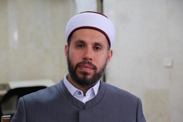 Photo of ما حكم اقتداء الناس في البيوت وراء الامام وهو في المسجد عبر مكبّرات الصّوت؟