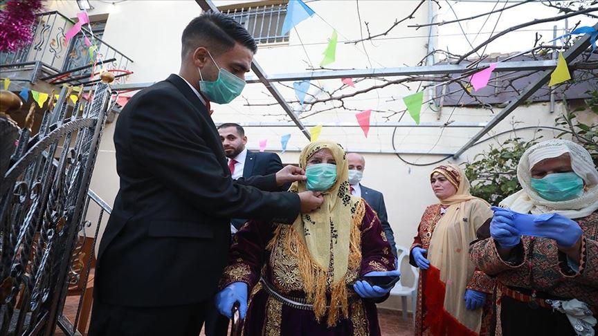 """من خلف """"كمامة"""".. زغاريد فلسطينية تعلو بمنزل العريس """"حماد"""""""