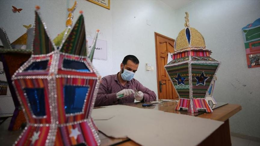 Photo of لتوزيعها مجانًا.. فلسطيني يصنع فوانيس رمضان