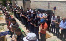 عشرات المقدسيين يؤدون صلاة الجمعة أمام باب الأسباط
