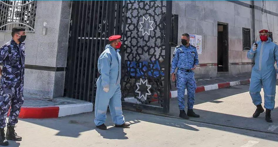 """غزة تغلق المعابر للأفراد حتى نهاية يونيو وتدرس """"حظر التجول"""""""