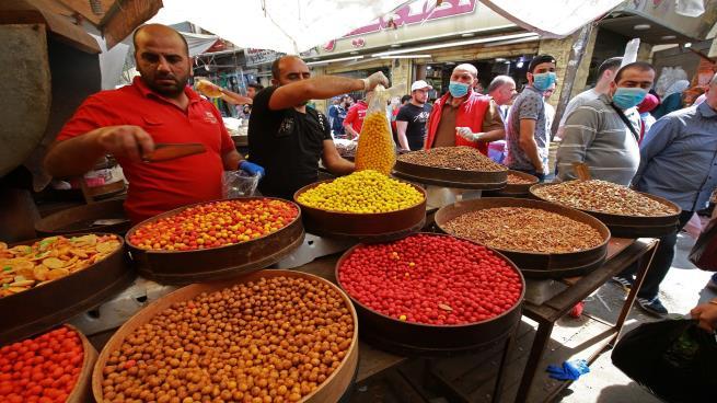 تكدس الأسواق رغم كورونا: الحظر الشامل يدفع الأردنيين للشراء…ومخاوف من زيادة الإصابات