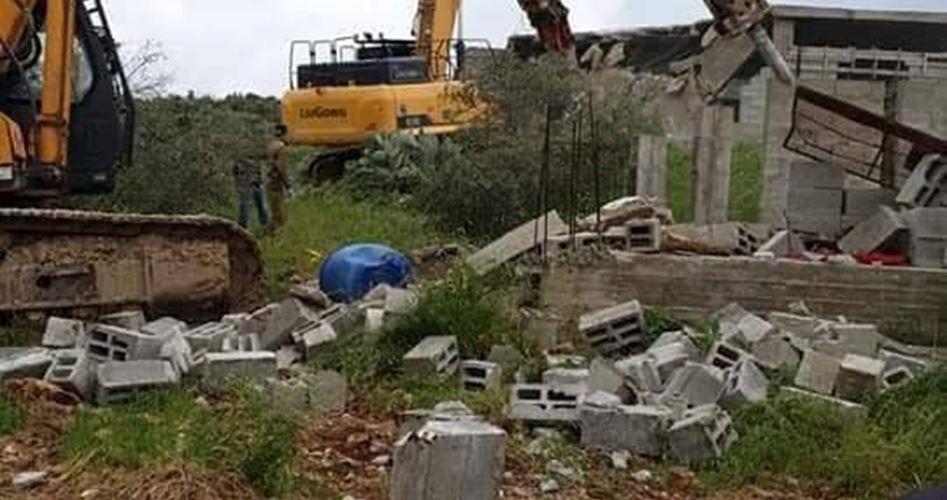 Photo of الاحتلال يهدم منشأة فلسطينية شرق طوباس