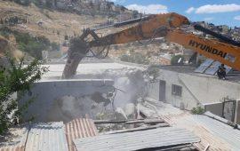 القدس: الاحتلال يُجبر عائلة على هدم منزل والدتهم المقعدة