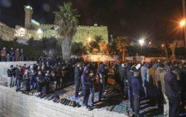 عشرات الفلسطينيين يصلون الفجر في المسجد الإبراهيمي