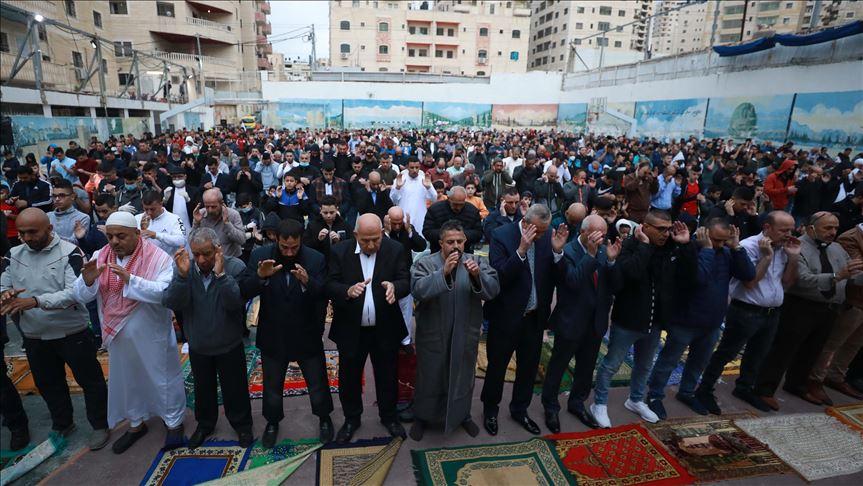 Photo of متجاهلين الحظر.. فلسطينيو الضفة يؤدون صلاة العيد حشودًا