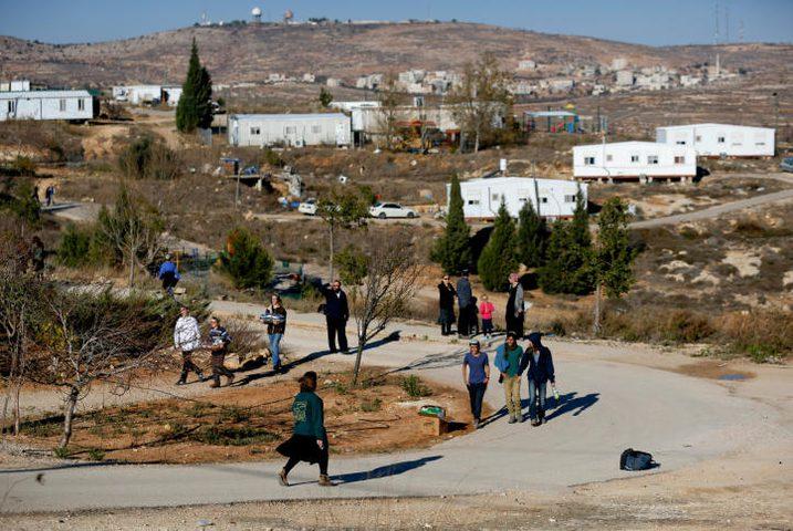 مستوطنون يضعون بيوتًا متنقلة شمال نابلس