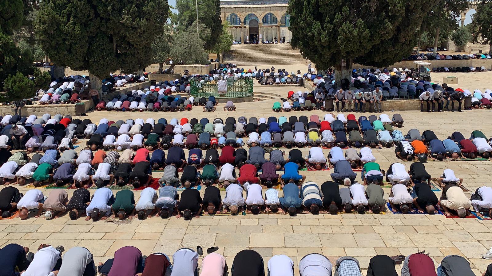 Photo of 50 ألف مصلٍّ يؤدون صلاة الجمعة بالأقصى بعد فتحه للمرة الأولى