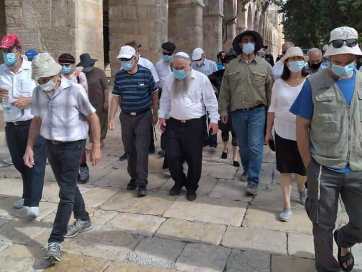"Photo of عشرات المستوطنين يقتحمون ""الأقصى"" واعتقال موظف أوقاف"