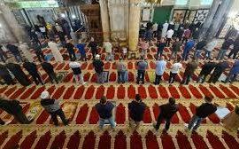 هل تسقط صلاة الجمعة عمّن صلّى العيد؟