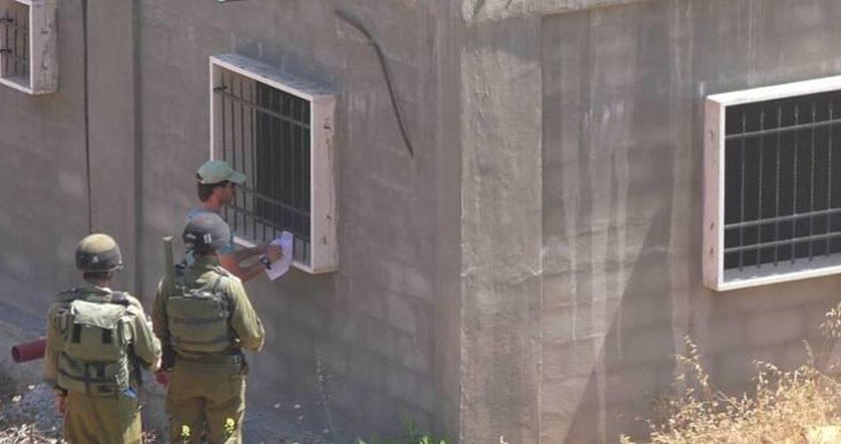 الاحتلال يخطر منازل ومنشآت في الولجة ويصادر جرافة في الأغوار