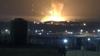 Photo of انفجار ضخم يهز مستودع ذخيرة في مدينة الزرقاء بالأردن