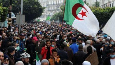 """Photo of الجزائر.. الحراك يتشبث بـ""""تغيير جذري"""" وتبون يتمسك بـ""""ورقة الطريق"""""""