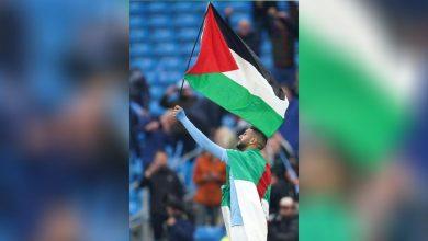 Photo of رياض محرز يرفع علم فلسطين باحتفالات تتويج فريقه بالدوري الإنجليزي