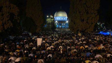 Photo of الآلاف يؤدون صلاة الفجر في الأقصى بعد انسحاب الاحتلال منه